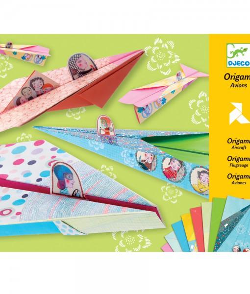 Origami papirfly jente